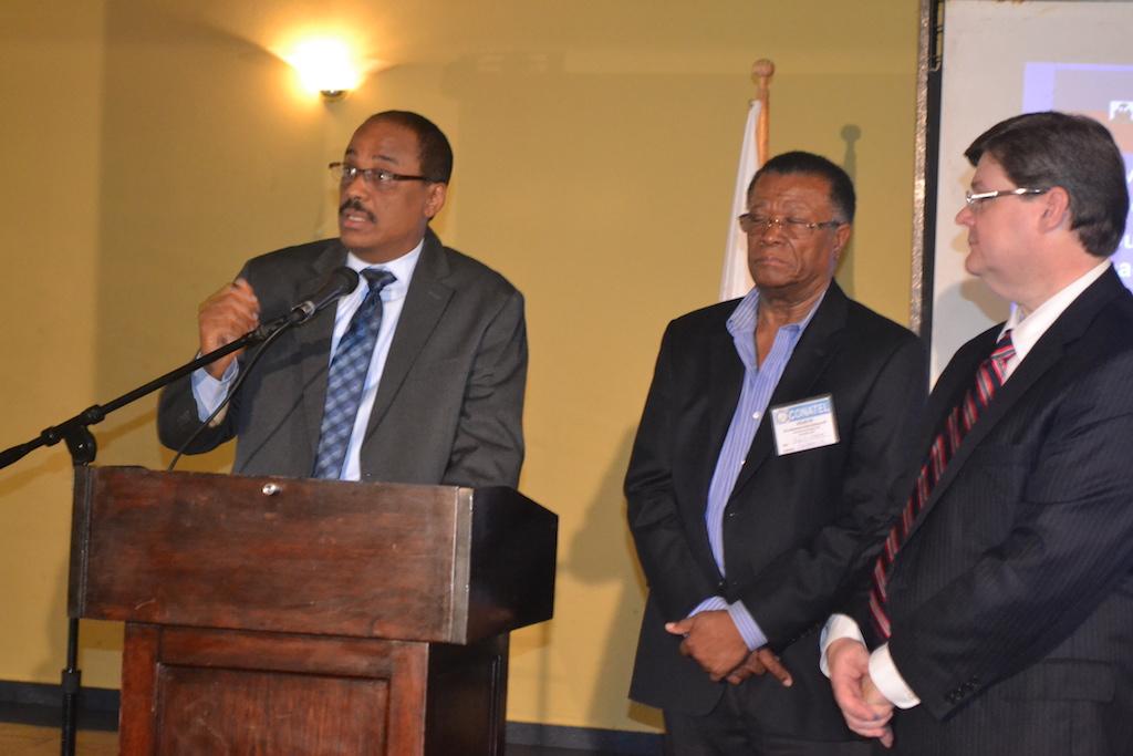 Le Directeur Général du CONATEL intervient sur le sujet  à sa gauche se tient Monsieur fritz joassin (électrocom  S .A) et Monsieur Denis Wallace(MSW).