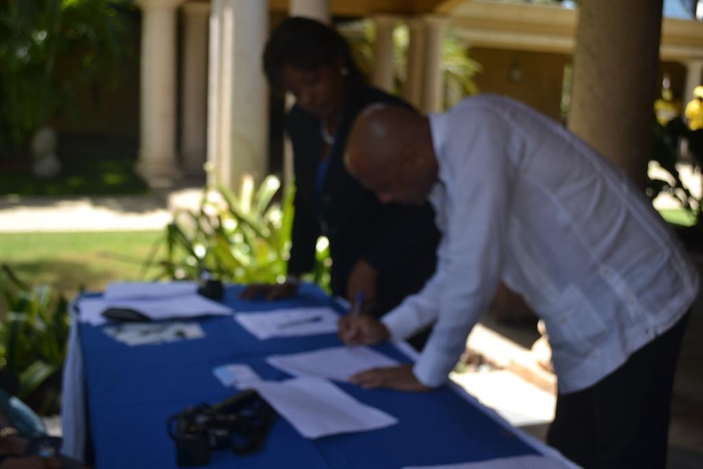 Un assistant  procédant  à l'enregistrement  avant le démarrage de l'atelier