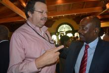 David Jean Rodney consultant au Conatel en train de discuter avec un autre participant