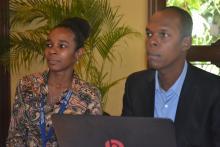 Deux employés du Conatel écoutant avec attention le plan